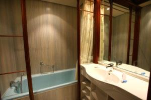 Salle de bain studio Thermotel lit 140